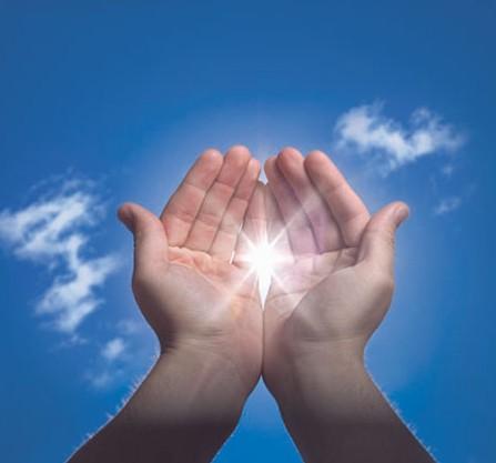 manos con cielo de fondo
